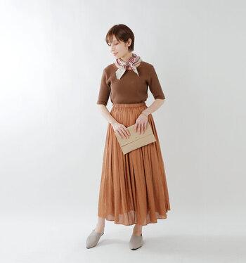 サーマルカットソーはスカートとの相性も◎ 女性らしい透け感のあるフレアスカートに同系色のサーマルカットソーをイン。エレガントになりすぎない、大人のワントーンコーデに。