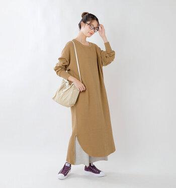 ロング丈のサーマルワンピースにロングスカートを仕込めば、トレンドのレイヤードスタイルに。シンプルなワンピースに立体感が生まれ、いつもとはまた違った雰囲気に。