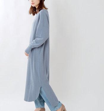 シンプルな中にもきれいに着れる工夫の詰まった、オーバーサイズのサーマルワンピース。切りっぱなしのようなスリットが裾が揺れる美しいラインを作ります。