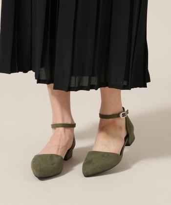 パンプスが苦手な人には、ストラップ付きだと履きやすいですね。 ストラップシューズは、足首を細く綺麗にみせてくれますよ♪