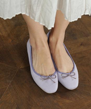 ローヒールのバレエシューズも、足元を華奢に魅せてくれます。 デザインも豊富なので、個性的に選択できますね。