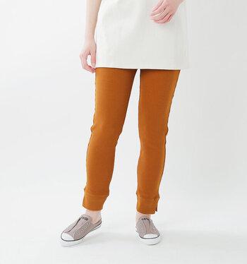 すっきりとしたシルエットを作る、コットン素材のサーマルレギンス。裾にはサイドスリットがあしらわれ、動きやすさも◎