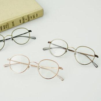 眼鏡の印象が強いと顔が負けてしまう…という方におすすめなのが、こんなメタルフレームの眼鏡やハーフリム・リムレスタイプのもの。顔にしっかりとなじんでくれます。