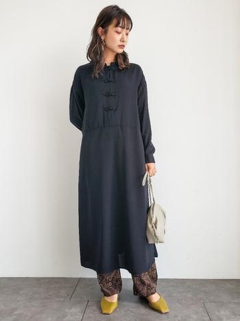 襟元にチャイナボタンが使われているドレスは、個性を出したい方におすすめ。落ち着いたカラーも多く、長めの丈感で、しっかり「きちんと感」も演出できます。小物やアクセサリーをシンプルにすると、ドレスのデザインが引き立ちつつ上品な印象になります。