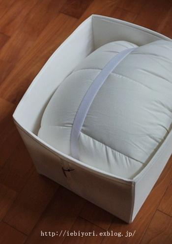 ふたなしタイプのSKUBBに丸めた布団をバンドで固定して収納する方法も。大きな収納ケースが入れにくいクローゼットなどの場合にはこの方法がおすすめです。持ち手が縦についているので、天袋など高いところへ収納しても手が届きやすいですよ。