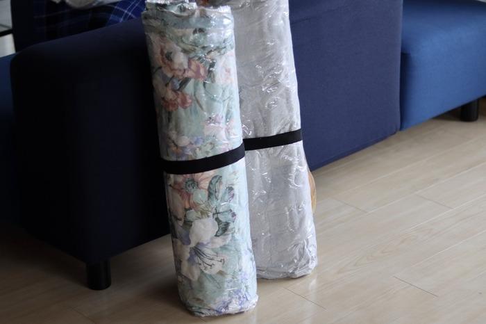 かさ張る掛布団を省スペースに収納するなら、布団圧縮袋がおすすめです。ただ単にフラットにするだけではなく、丸めてしまうと自立できるように。圧縮しながら丸めていくときれいロールできます。最後にバンドで固定しておけば◎押入れやクローゼットの隙間に立てておけます。