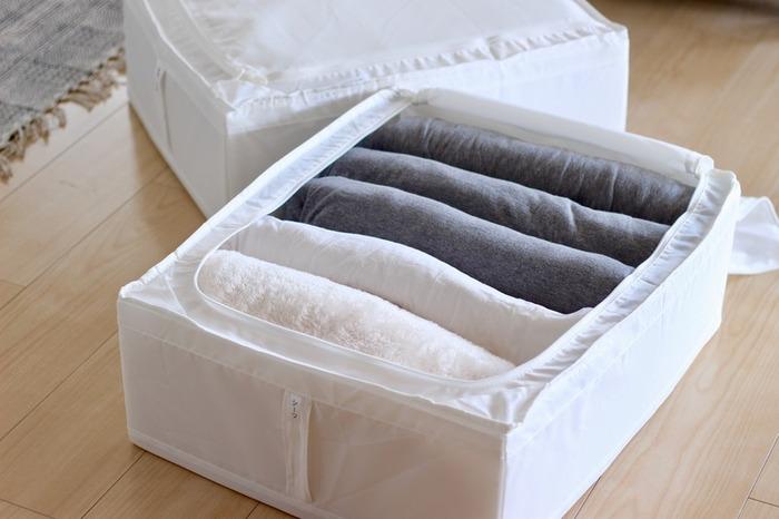 家族分の布団のシーツもSKUBBに並べて収納。厚みのある冬物のシーツでもSKUBBならしっかり収まります。多少はみだしても、押さえてファスナーを閉めれば大丈夫。