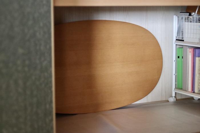 こたつの天板は押入れの奥へ立てかけて収納すれば、邪魔になりません。手前に置くものはキャスター付きの台に乗せておけば移動がスムーズにできるので、こたつの出し入れ作業もラクにできます。