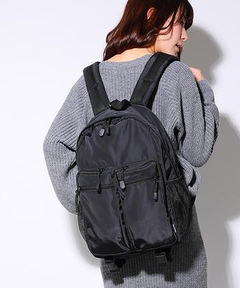 シンプルなオールブラックのデザインがクールなDEVICEのリュック。外側に4つと、内部には8つの収納ポケットがあり、さらに背面にはファスナーポケットまであり、荷物の収納にとても便利。マザーズバッグとしても人気が高い商品です。