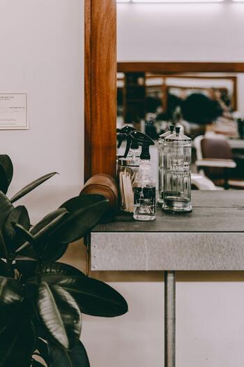 アロマスプレーならディフューザーを用意する手間も要らず、簡単にアロマの香りを感じることができます。寝室やリビング、玄関にパッと吹きかけるだけで瞬く間に香りがふわりと広がりますよ。  忙しい朝には、フレッシュではじけるようなオレンジや爽快感のあるペパーミントの香りがおすすめです。