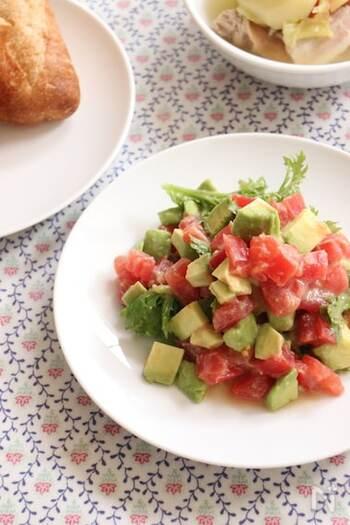 メキシコ料理、ワカモレのわさび菜アレンジ。そのまま食べても美味しいですが、バゲットにのせたり、トルティーヤと一緒に食べても◎ トマトの赤と、アボカド・わさび菜の緑が彩りよく、食卓を華やかにしてくれます。