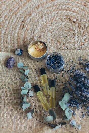おすすめのロールオンタイプは、手首にコロコロするだけでアロマの香りを感じられます。おすすめの使い方は、甘くフェミニンな香りのゼラニウムをちょっとした香水代わりに、食後に眠気がおそってきたらミントの香りを目覚まし代わりに使っても良いでしょう。新しい環境に変わる時には、気持ちを落ち着かせてくれるベルガモットもおすすめです。
