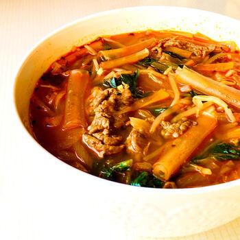 ベトナムの料理、「ブン・ボー」にもわさび菜は合います。カルダモンやジンジャーパウダーを入れて、香りとスパイスをプラス。一見辛そうに見えますが辛くないので、辛いのが苦手な方でも安心して食べられますよ。