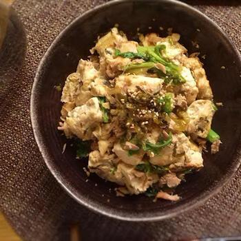 わさび菜に、豆腐とツナ缶、卵があればできるお手軽おかず。豆腐は一丁たっぷり入れるので、とってもヘルシー。高菜漬けを入れても◎