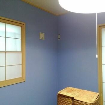 漆喰は白やベージュ系のナチュラルな色味を目にする機会が多いかと思いますが、こんなきれい色もあるんです。 こちらは、コーラルテックスのローズマリーブルーというカラー。