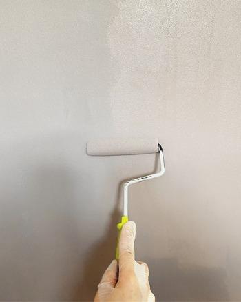 刷毛よりもローラーで塗ったほうがスピーディーで均一に塗りやすくなります。2度塗りすると塗りムラなく、発色もきれいに。  もしムラになったら、塗料に少量の水を足すと良いのだそう。