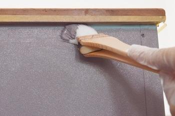 ローラーだと端の方は塗りにくいので、細かな箇所では刷毛を使いましょう。 刷毛は小さいサイズを1本持っておくと使いやすいです。