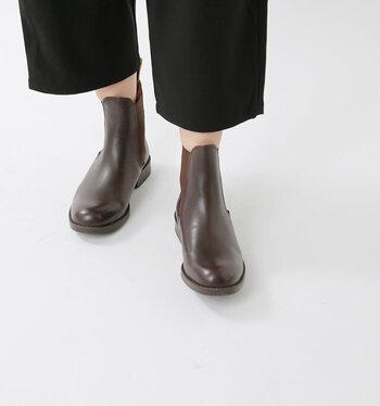 黒ほど強くなく、汚れをカバーしながら、かつナチュラルな雰囲気に仕上げてくれるのが茶色のショートブーツ。ビタースイートな雰囲気のコーデの仕上げに投入してみるのがオススメ!