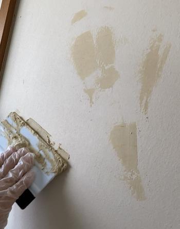 壁紙をきれいに貼るポイントは、壁紙を剥がした後の下地補正をきちんとしておくこと。 ペットの引っかき傷や、何かをぶつけた後のちょっとした凹みをフラットに整えておくことで、空気が入らず美しい仕上がりに。