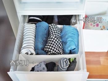 引き出しの中はケースを使って仕切ると便利。アイテムごとや季節ごとに分けてケースを使います。そうすると、衣替えの時はケースごと前後に入れ替えるだけ済みますよ。こちらでは100均で人気の不織布仕切りケースを使っています。