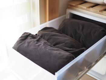 薄手の素材のシーツなら畳んで引き出しへ。引き出しの幅にあわせて畳むのがきれいに収まるポイントです。布団と近い場所に収納すると、シーツをセットする時もスムーズになります。