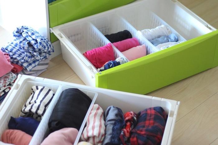 引き出し収納している服が多い場合は、季節ごとのアイテムで引き出しを分ける方法がおすすめ。衣替えの時は引き出しごと入れ替えるだけなのでとても手軽です。今の季節の服を使いやすい位置に、シーズンオフの服を下段や手の届きにくい位置に入れ替えるといいですね。