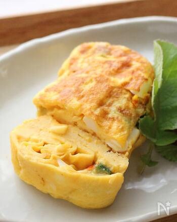 タルタルソースを卵焼きにサンド。ふっくらの中に濃厚さとトロミが加わって、お弁当のおかずにも喜ばれるはずですよ。