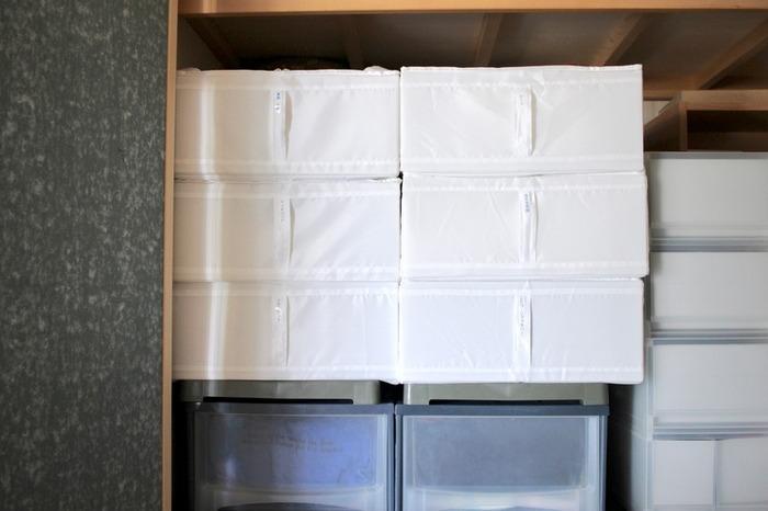 敷パッドやシーツなどを入れたSKUBBを積み重ねて押入れに収納。それぞれ持ち手にラベリングをすれば、何が入っているのか一目でわかるようになります。大物がたくさん入っていても、真っ白な収納ケースが並んでいるだけなら圧迫感も少ないですね。