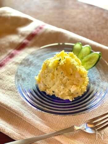 作りすぎたタルタルソースの活用としておすすめしたいポテトサラダ。じゃがいもは濡らしたキッチンペーパーで包んでから電子レンジで加熱するとホクホクの口当たりに。茹でる手間なく簡単。