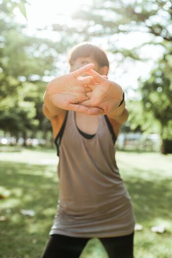 心身共にリラックスするためにも、ストレッチやヨガなど負荷が少ないものを取り入れると良いでしょう。呼吸を止めないように意識しながら、ゆっくりと凝り固まった部分をほぐすようにしていくと、自然と身体が軽くなりスッキリとした感覚を味わうことができるはずですよ。