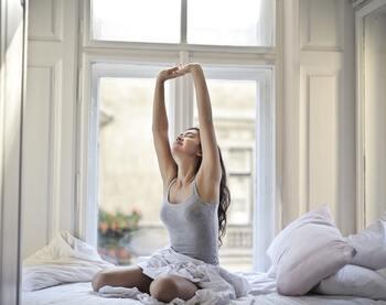 体内時計が狂うと自律神経のバランスを乱す原因につながります。朝はできるだけ一定の時間に起きて朝日を浴び、ぐーんと軽いストレッチなどをして体内時計をリセットしてあげましょう。