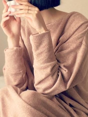スフレフィールラウンジワンピースは名前の通りふわふわの心地よい肌触りのルームウェアです。軽いのに暖かく、伸縮性のある素材でゆったりとした着心地です。