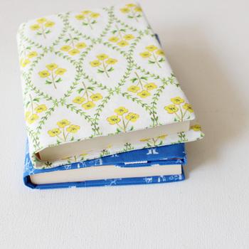 布のブックカバーは、基本的には本の大きさに合わせて布を縫ったり、貼ったりするだけで完成。  【本の大きさ】+【上下左右の余白】があれば、お好みの布で作れます。縫ったり、貼ったりする製法によって、必要となる上下左右の余白が異なります。