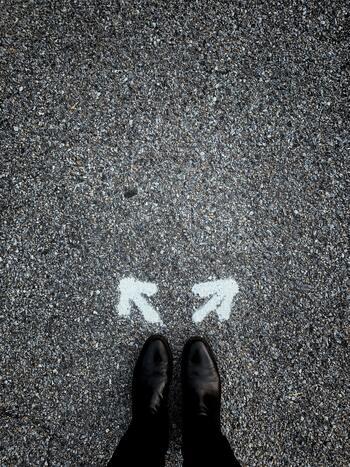 小さなことでも大きなことでも、何かを選択するのに時間がかかってしまう・・・。どちらを選べば自分が傷つかないで済むかと悩んでしまい、いつまでも決められない優柔不断さん。しかしその悩んでいる時間をストレスに感じてしまったり、後になって「そんなに悩む必要なかったのか」と感じた経験はありませんか?正しい答えなんて後になってみないと分からないですし、時には自分の直観を信じてスパっと決断してみるのも良いかもしれません。