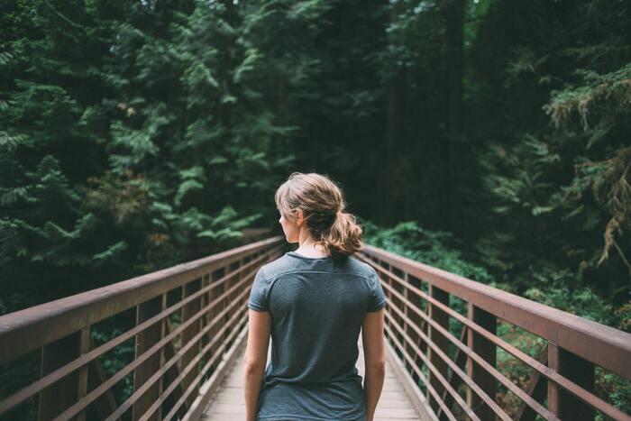 シンプルに生きていくためには「周りの意見に流されない」というのも重要です。本当は自分はこうしたいなぁと思うことがあっても、周りから反対されることにより諦めてしまった経験はありませんか?後になって「あの時、やっぱりやっておけば良かった・・・」と後悔しても時は戻せません。「いつでも自分が決めたことに責任を持つ!」と決意することで、周りからの意見に惑わされずに自分の人生を送ることができるのです。