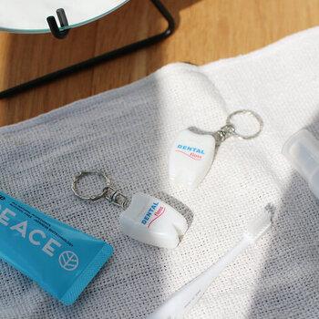 ユニークな歯の形が特徴的な「DULTON」のデンタルフロス。キーホルダー型なので、ポーチやカバンにつけておくと日々のエチケットとして気軽に使えておすすめです。 日常的に使うものだからこそ、持ち運びやすさが重視されたアイテムは嬉しいですよね。