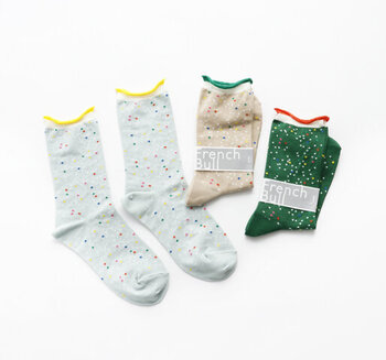 ソーダをイメージしてデザインされた、カラフルなドット柄の靴下。薄手の綿素材で作られており、さらりとした肌触りで季節を問わずに着用できます。カラーはグリーン・ライトベージュ・ダークミントの3色展開です。