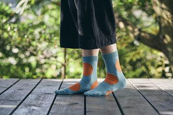 大きなドット柄が目を引く、ちょっぴり個性的なデザインの靴下です。ドット柄は左右でアシンメトリーになっているので、見る角度によってデザインが変わるのがユニークですよね。軽やかなコットン素材で、ロングシーズン活躍してくれます。