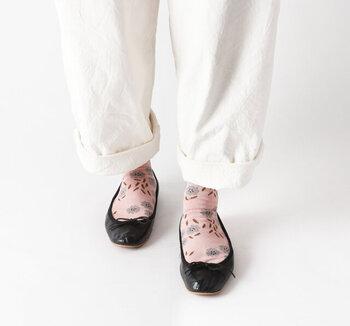 フラワーシャワーをイメージしてデザインされた、花柄の靴下です。花柄が降り注ぐように、ランダムに配置されています。足裏にもしっかりと柄が入っているのがポイント。つま先がごわつかない仕様なので、パンプスやバレエシューズとの相性も抜群です。カラーはブラウン・オフホワイト・ピンクの3色。