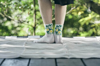 シロツメ草をモチーフにデザインされた、ハイゲージソックス。ベースの靴下には光沢感のあるエジプト綿を採用し、薄手に仕上げているのでどんなシューズにも合わせやすいです。履き口にゴムが入っていないので、締め付け感がなくストレスフリーで履くことができます。