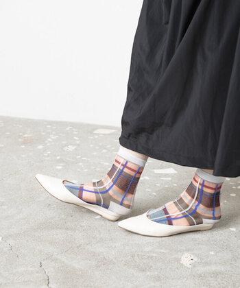 2種類の透け素材を組み合わせた、マルチチェック柄のシアーソックスです。ちょっぴり凸凹感のあるデザインで、立体的な印象に仕上げています。カラーはネイビーとピンクの2色。サンダルやパンプスなどに合わせると季節感たっぷりに履きこなせますよ♪