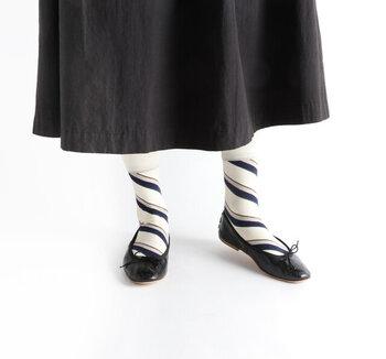 ななめストライプが印象的な靴下は、履き口を無地にしてバランスよく仕上げているのがポイント。ゴム部分を長めに作ることで、ずれにくいように設計されています。5色切り替えのデザインがトラッドな雰囲気を与える靴下は、グリーン・オフホワイト・ネイビーの3色展開です。