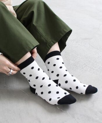 落ち着いたモノトーンカラーで大人でも取り入れやすいドット柄の靴下です。カラーは白と青の2色展開。パンツやスカートの裾からちらりと覗かせて、ちょっとしたアクセントにも◎