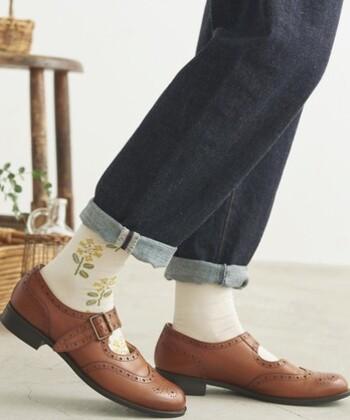 アリッサムという花をイメージした、花柄の靴下。足首からつま先まで花柄がデザインされているので、パンプスやサンダルと合わせてもおしゃれ。カラーはキナリ・アカ・コンの3色展開です。