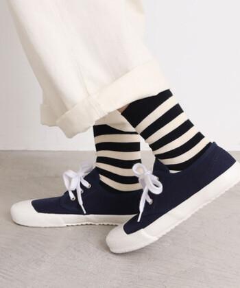 ピッチをやや太めに設定した、ボーダー柄の靴下。ちょっぴりスポーティーな印象を与えるデザインですが、裾からちらりと覗かせるとよいアクセントになってくれます。カラーはクロとサックスブルーの2色展開。