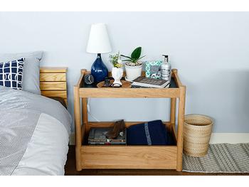 ベッド横にナイトテーブルではなく、キッチンワゴンを置くアイデアも。かごタイプやバスケットタイプのキッチンワゴンは、上にのせたアイテムが落下する心配もありません。ベッドの中からでも手が届くよう、背の低いキッチンワゴンを合わせるのがおすすめですよ。