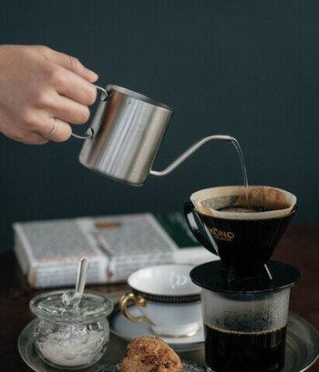 150mlの目盛り付きで、注ぎ口も細いのでお湯の量を調整しやすい作り。マグカップより一回り小さく、コーヒー一杯を淹れるのにちょうどいいサイズ感です。