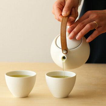 同じく真っ白でコロンとしたシルエットの湯呑みは、少し小さめのサイズ感がポイント。お茶の色がよく映える真っ白な茶器は、癒しのひとときにもぴったりですね♪