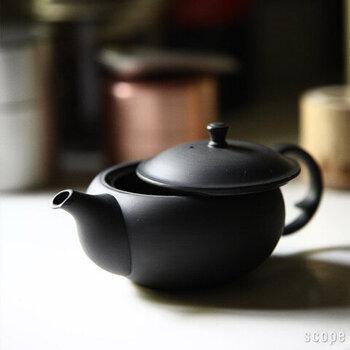 開口部が大きく茶葉の出し入れがしやすい設計の「東屋」の急須。無釉仕上げなので使い始めは滑らかな肌触りですが、使い込んでいくうちにつややかな光沢が増していくのも魅力のひとつです。