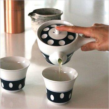 どこかレトロな雰囲気を思わせる、水玉柄の急須。水玉の部分はくぼみになっており、使用の際には指がひっかかって持ちやすくなるようにデザインされています。2010年にグッドデザイン・ロングライフデザイン賞を受賞した、長く愛せるデザインの急須です。